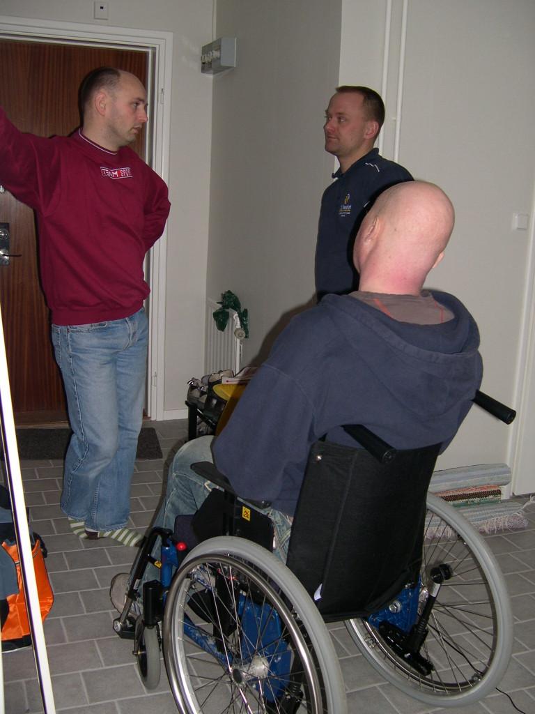 Jonas, Klas och jag diskuterar något under Jonas sista flytt.