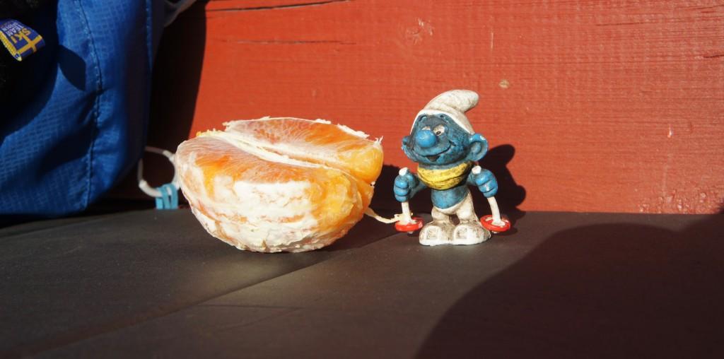 Självklart fick Skidsmurfen hänga med och även han ville ha en bit apelsin.