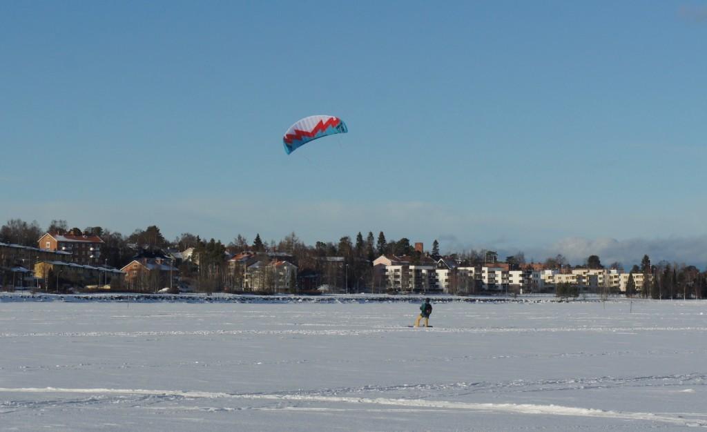 Kite-skidåkare mellan Frösön och stan